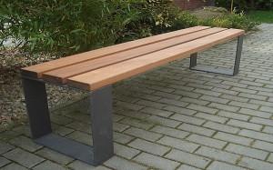 Kovové lavičky lze vybrat z mnoha variací /