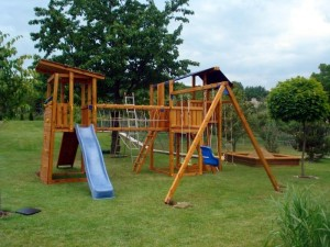 Zahrada může být spokojeným místem hraní vašich dětí /