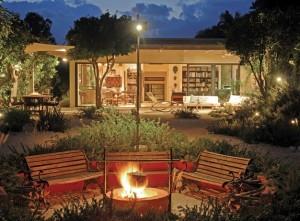 Pohodově strávený večer na zahradě patří k oblíbeným tipům pro relaxaci a zábavu /