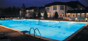 Kombinace betonového bazénu s keramickým obkladem působí velmi komfortně /