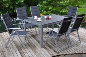 Kovový zahradní nábytek působí velice stylově /